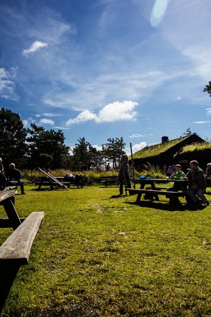 Der er en god åben stemning på Læsø Saltcenter med legeplads, pandekage bod og mange borde til fri afbenyttelse