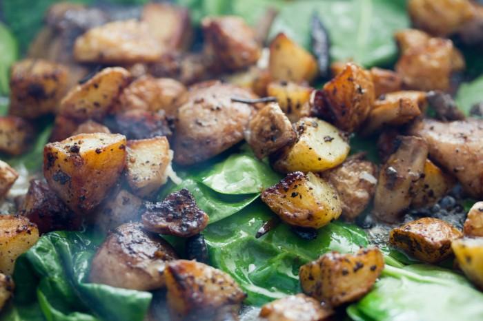 På med de råstegte kartofler og de stegte champignoner