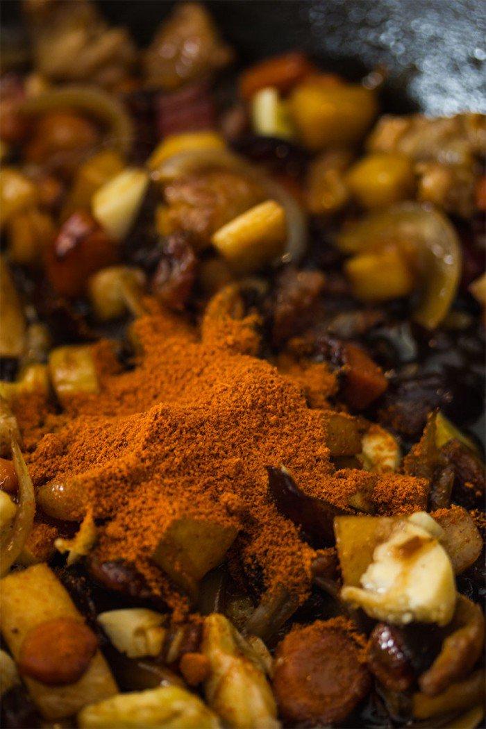 En spiseskefuld paprika røres i det hele