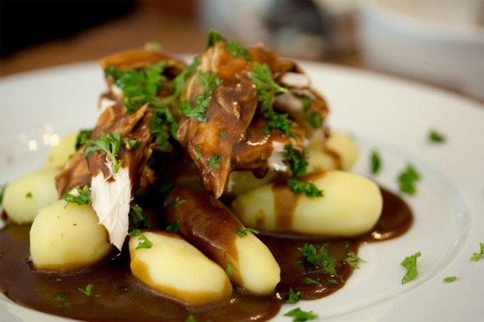 Grydestegt kylling med brun sovs og kartofler