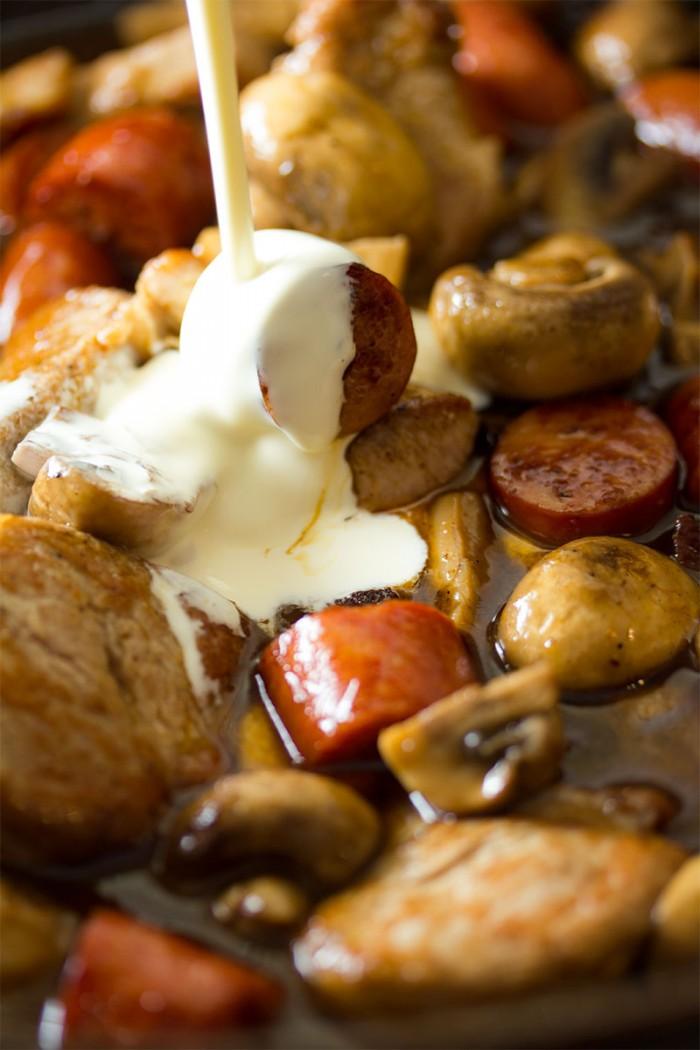 Læg svinemørbraden, pølserne, champignonerne og Fanø skinken ned i panden. Tilsæt fløde