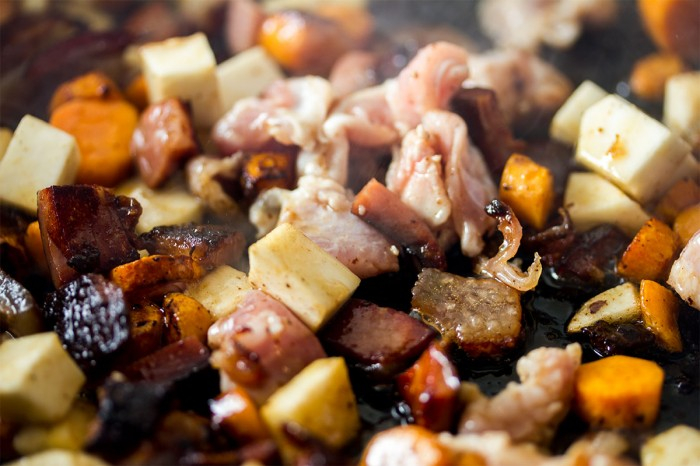 Skorpen fra Fanø skinken, gulerødder, og knoldsellerien steges for svag varme