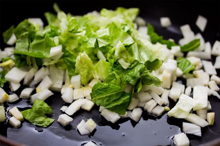 Den udskårne fennikel og romainesalat lunes i lidt olivenolie og smages til med en anelse salt