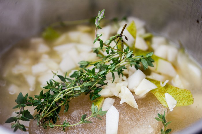 Når hvidvinen har kogt et lille stykke tid, så tilsæt timinian, pære, hvidløg og cirka 200 ml okse fond
