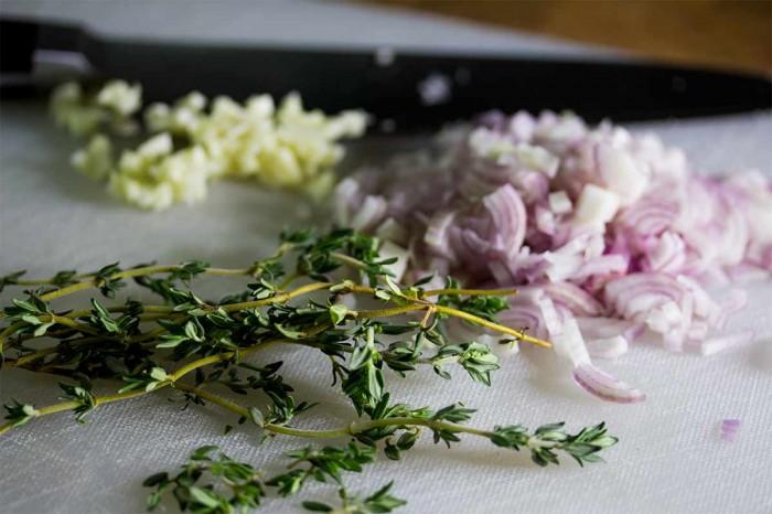 Et fint hakket skalotteløg, et hakket fed hvidløg og godt med timian (plukket)