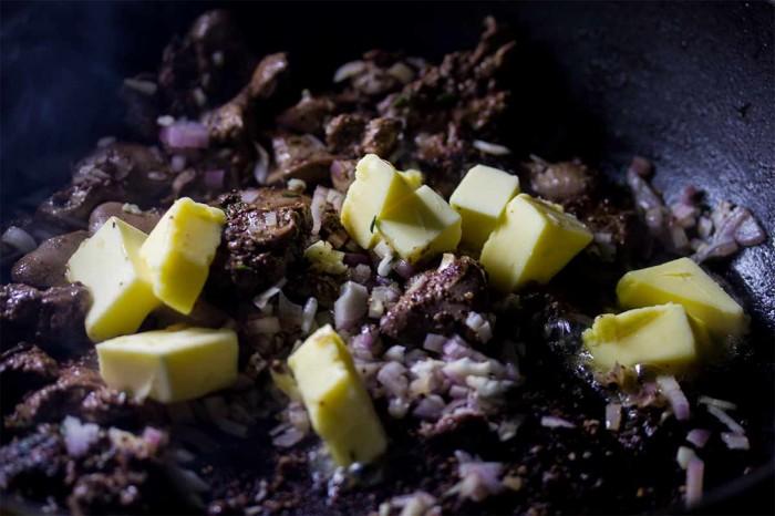 Tilsæt godt med smør og lad det smelte, det skal ikke blive brunt