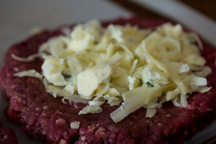 Der skal lige nok i af osten til at det kan smages, men ikke så meget af den ikke kan samles