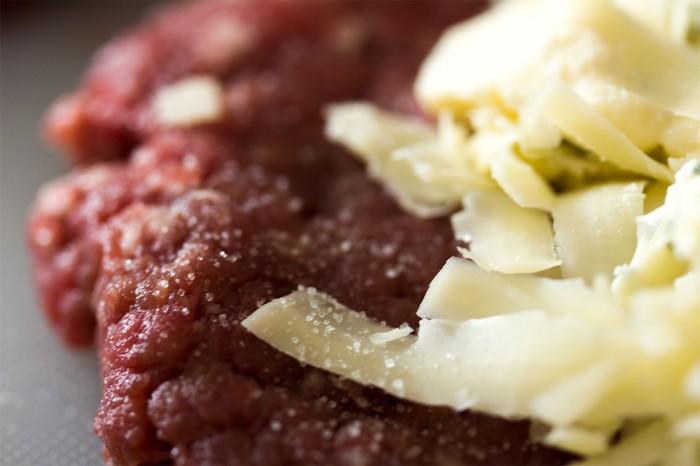 Drys med salt på kanten og lade det side lidt, det er med til at binde kødet sammen når du samler bøffen