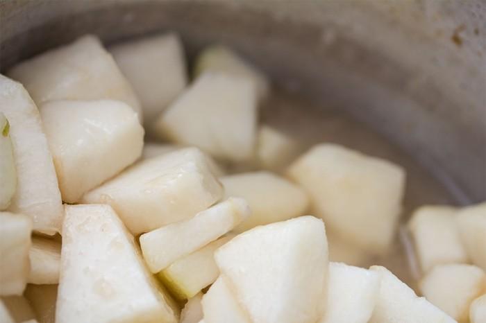 Kog pærestykkerne i sukkerlagen