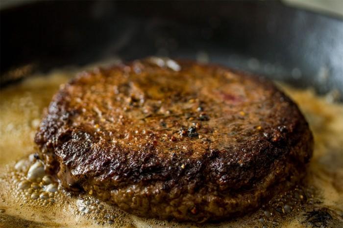 Krydder med frisk knust peber når du vender den første gang og giv den stor klat klodt smør for at få temperaturen ned