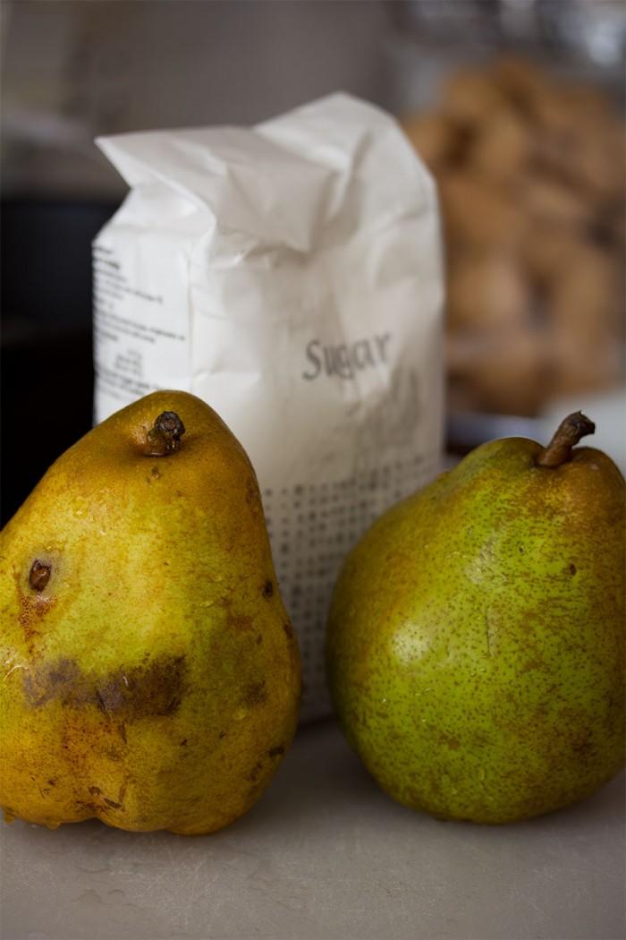To Doyenne de Comice pærer og sukker