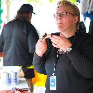 En af deltageren i DM i grill prøver et ribben