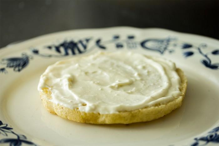 Smør bunden med frisk osten (eller mayo)