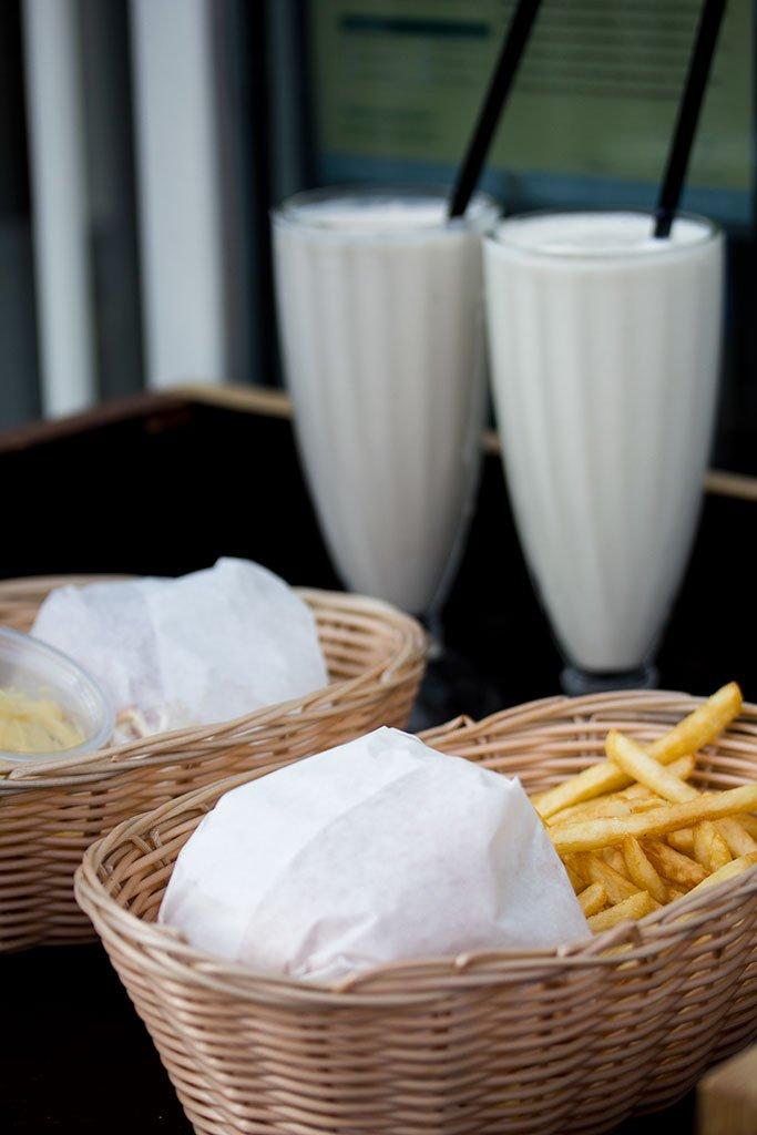 To cheeseburgere med fritter og milkshakes