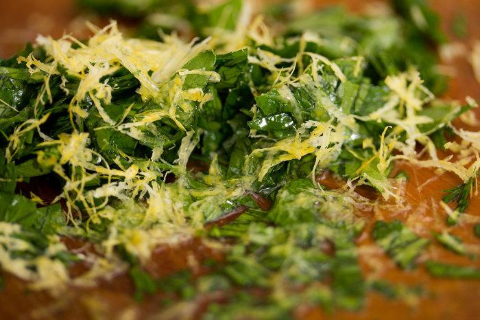 Hak en gang bredbladet persille fint, riv citronskal over og dryp citron. Rod sammen og brug som toppings