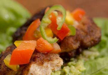 Krydret fiskefrikadelle i salatblad med guacamole og tomatsalsa