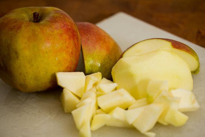 Skræl æblerne og skær dem i tern