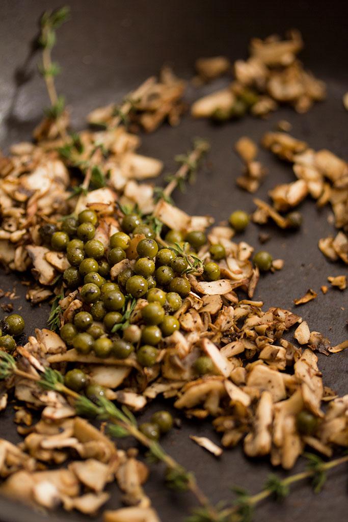 Når de hakkedesvampe begynder at blive stegt brune tilsæt de grøne peber