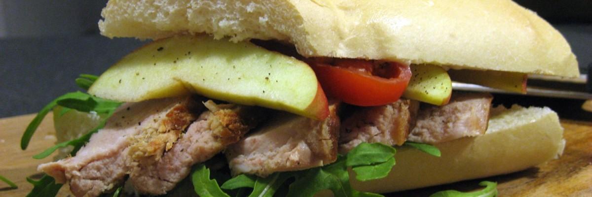 Grillet svinekotelet sandwhich med æble og ruccola