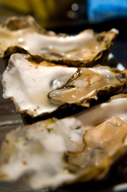 Tre østers parat til at blive spist