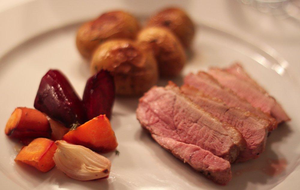 Andebryst med smørstegte kartofler og bagte rodfrugter