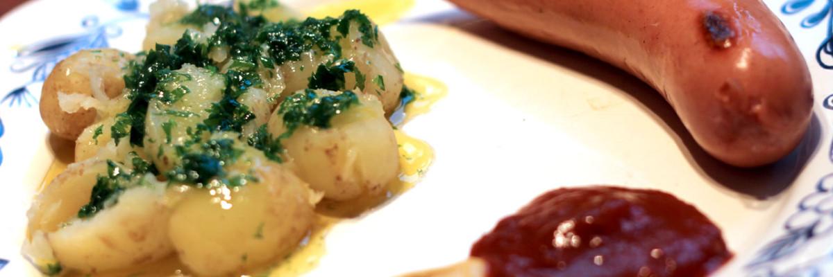 Nye kartofler med tunet smørsovs og købt pølse