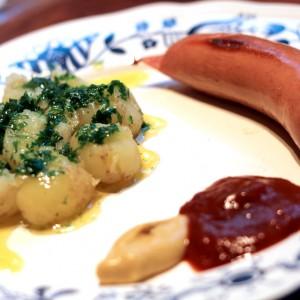 <b>Nye kartofler med  tunet  persille smørsovs og købt pølse</b>