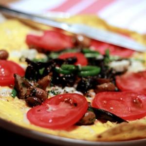 <b>Omelet på andeæg med morkler, champignoner, sorte trompet svampe, tomater og grønne bønner</b>