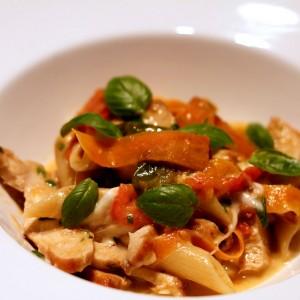 <b>Pasta med tomat, kylling og bøffelmozeralla</b>