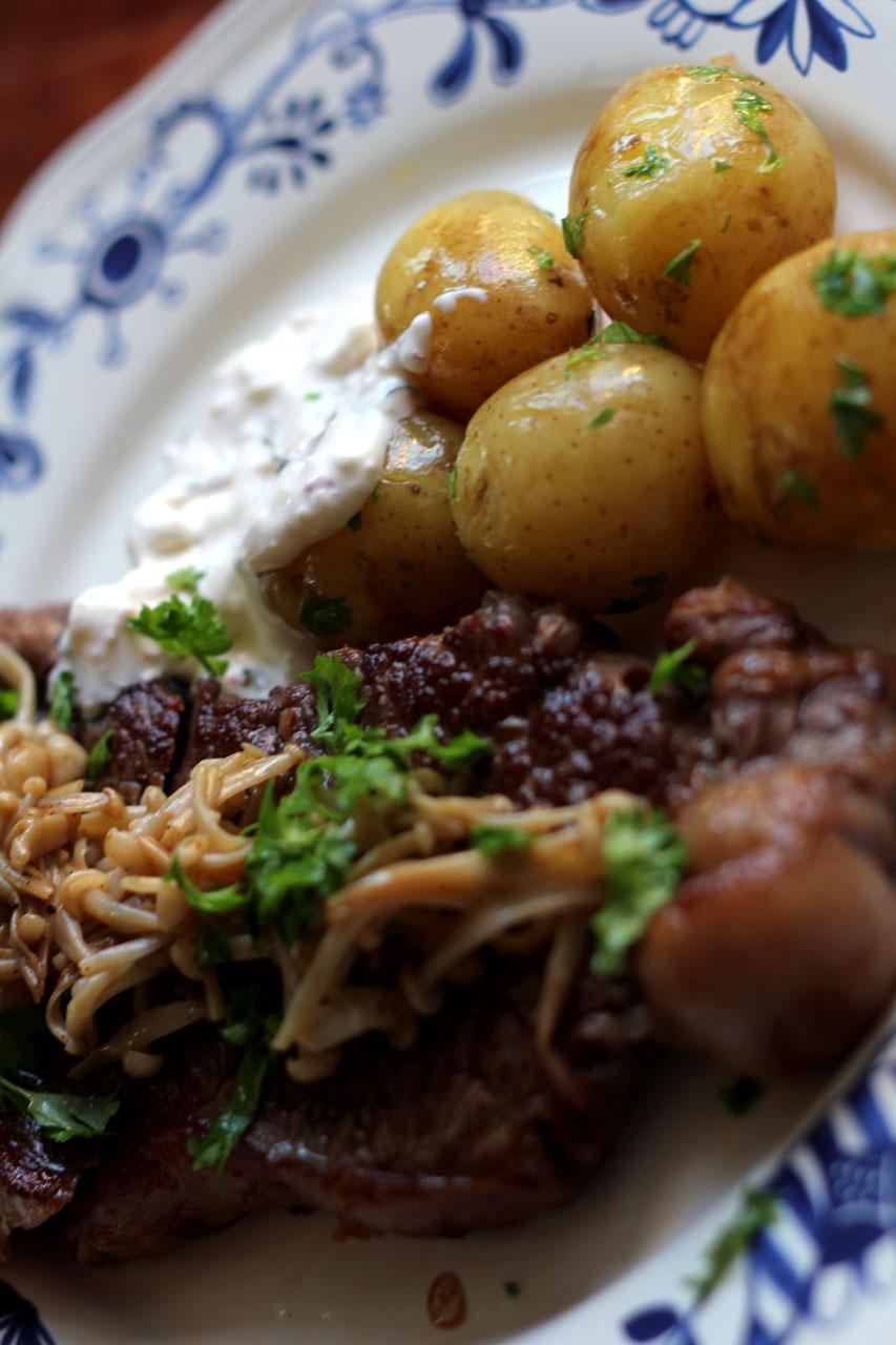 Højrebsbøf med enoki svampe, nye kartofler og stærk rygeostecreme