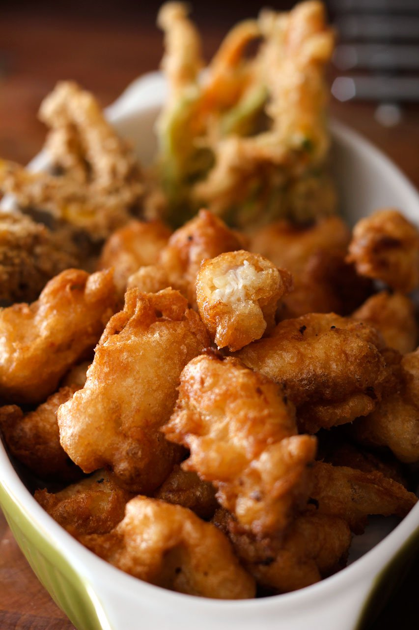 Friturestegt marineret kylling med squashblomst og gomashio squash