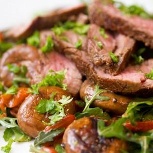 <b>Oksemørbrad med salat af ruccola, peberfrugt og stegte champignoner</b>