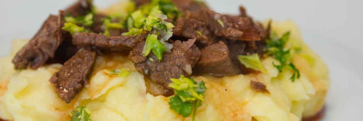 Kartoffelmos med oksebov og rødbedesauce