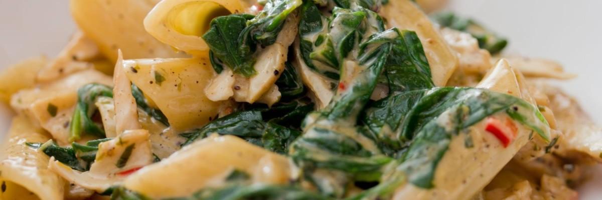 Pasta med stuvet spinat og kylling