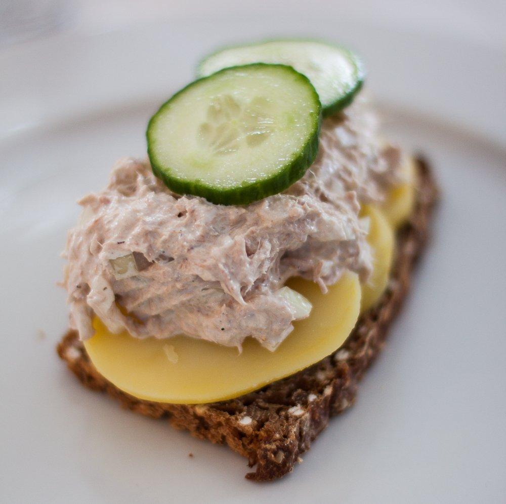 Tunsalat på rugbrød