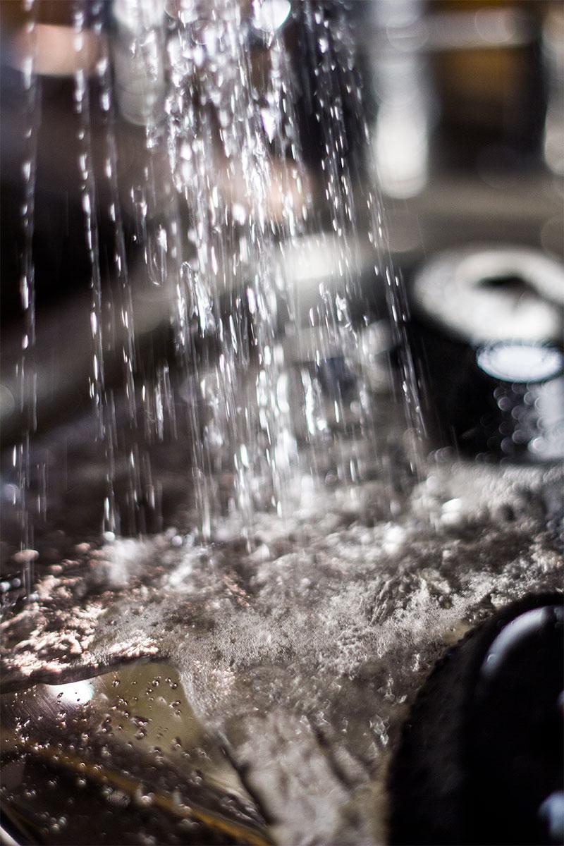 Trykket tages af trykkogern ved at lade koldt vand løber over låget